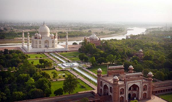 A menudo descrito como una de las maravillas del mundo, el impresionante mausoleo de mármol blanco del siglo 17, el Taj Mahal, fue construido por el emperador mogol Shah Jahan como la tumba de su amada esposa Mumtaz Mahal, quien murió en el parto. En la foto, los primeros turistas del día a través de las puertas de entrada.