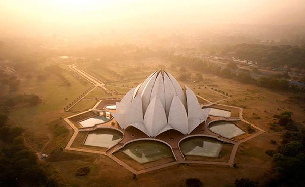 Aquí, el Templo del Loto en Nueva Delhi, el hogar de los adoradores de la Fe Bahá'í, es fotografiado al salir el sol.