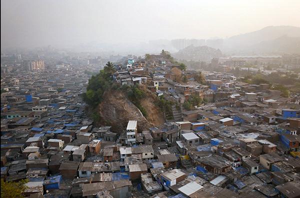 """""""Conocido por los lugareños como 'Cerro 3′, este montículo que sobresale por encima de los barrios marginales del norte de Bombay no vale más que la tierra debajo de él. El acceso al agua, del cual carece la colina, es mucho más valioso que cualquier punto de vista"""", afirma Chapple."""