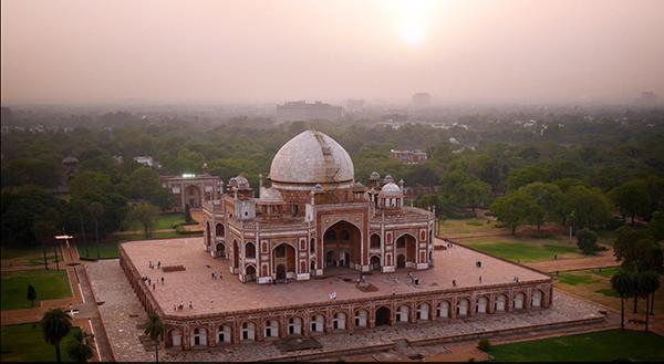 La tumba de Humayun, un mausoleo del siglo XVI en Delhi, fue construido en 1565, nueve años después de la muerte del emperador mogol Humayun, y fue diseñado por el arquitecto persa Mirak Mirza Ghiyas.