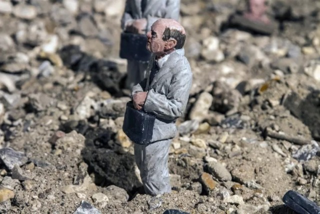 Miniature-Sculptures-in-City-Photography_15-640x428