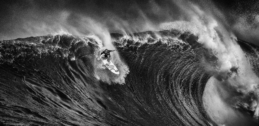 Captivating-Black-and-White-Pictures-of-Surfers1-900x438