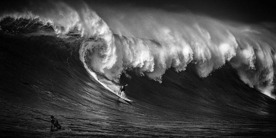 Captivating-Black-and-White-Pictures-of-Surfers10-900x450