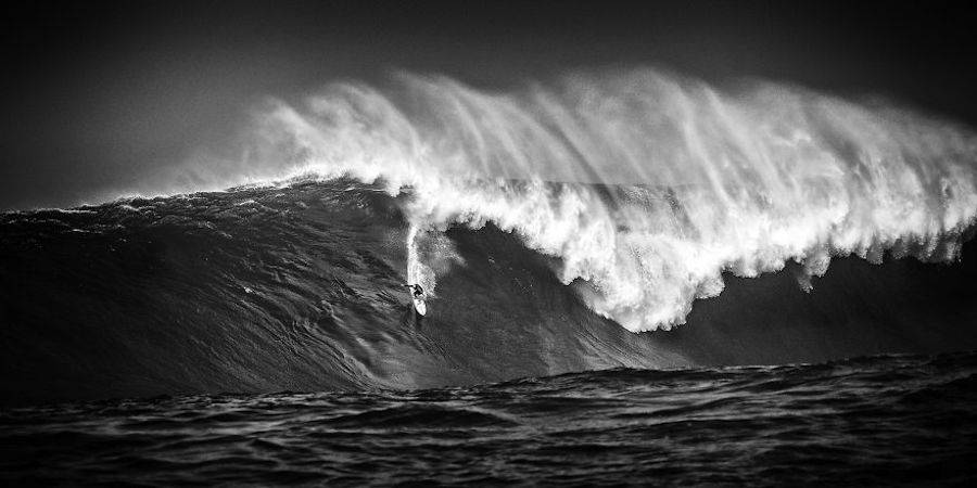Captivating-Black-and-White-Pictures-of-Surfers11-900x450