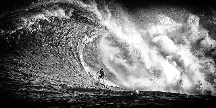 Captivating-Black-and-White-Pictures-of-Surfers12-900x450