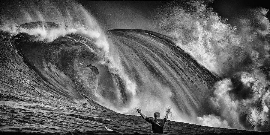 Captivating-Black-and-White-Pictures-of-Surfers13-900x452