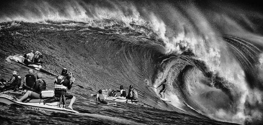 Captivating-Black-and-White-Pictures-of-Surfers14-900x430