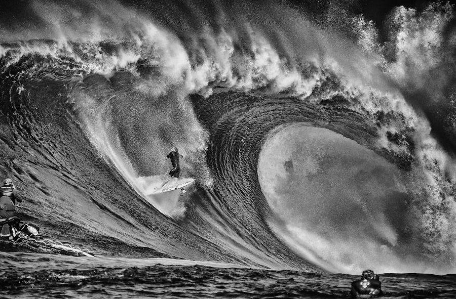 Captivating-Black-and-White-Pictures-of-Surfers15-900x591
