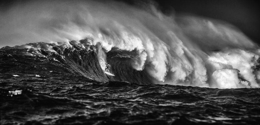 Captivating-Black-and-White-Pictures-of-Surfers16-900x433