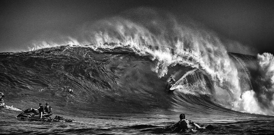 Captivating-Black-and-White-Pictures-of-Surfers17-900x443