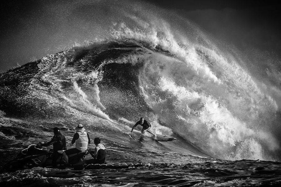 Captivating-Black-and-White-Pictures-of-Surfers18-900x599