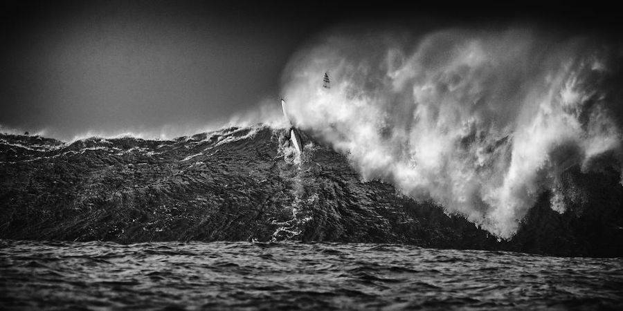 Captivating-Black-and-White-Pictures-of-Surfers19-900x450