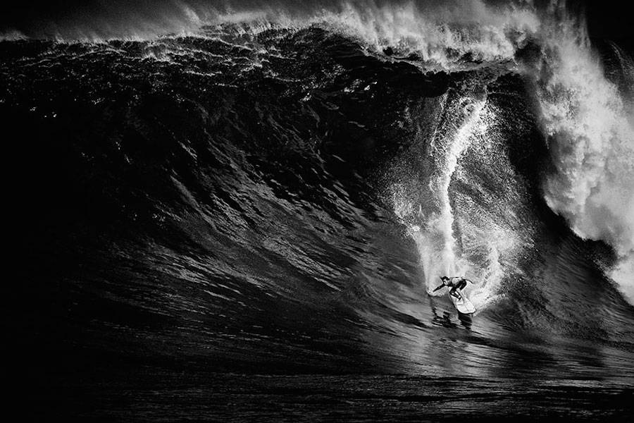 Captivating-Black-and-White-Pictures-of-Surfers20-900x600
