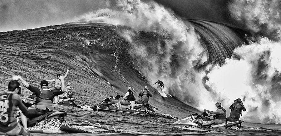 Captivating-Black-and-White-Pictures-of-Surfers21-900x436