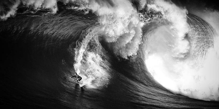 Captivating-Black-and-White-Pictures-of-Surfers3-900x450