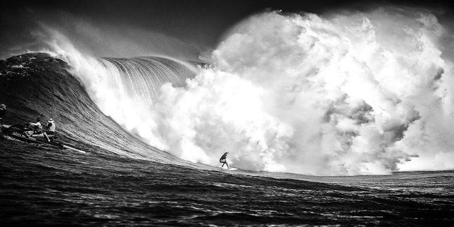 Captivating-Black-and-White-Pictures-of-Surfers4-900x450