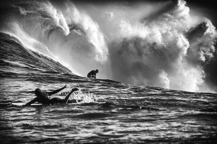 Captivating-Black-and-White-Pictures-of-Surfers5-900x598