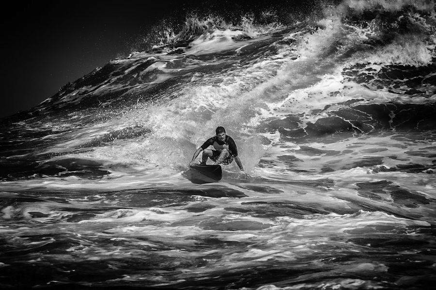 Captivating-Black-and-White-Pictures-of-Surfers8-900x598