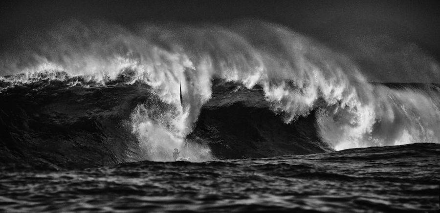 Captivating-Black-and-White-Pictures-of-Surfers9-900x436