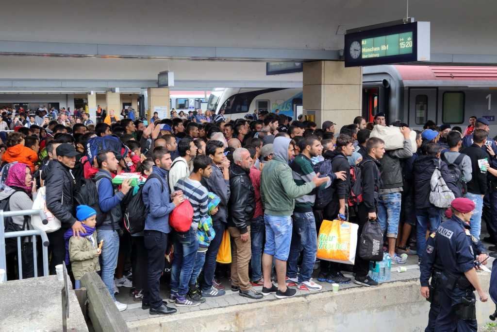 Wien_-_Westbahnhof,_Migranten_am_5_Sep_2015